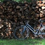 3850-fahrrad-am-holzstapel